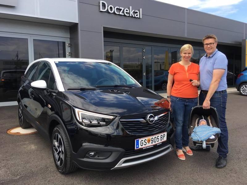 Familie Doczekal freut sich über Ihren brandneuen Opel Crossland X Innovation! Wir wünschen eine unfallfreie Fahrt und viel Freude mit dem neuen Flitzer!