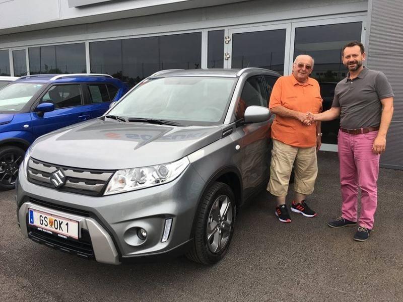 Verkaufsberater Robert Weinhofer übergibt Herrn Otto Kedl einen neuen Suzuki Vitara Shine Allrad. Wir wünschen Herrn Kedl viel Freude sowie gute Fahrt mit seinem Vitara.