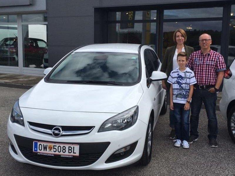 Verkaufsberater Alfred Szabo übergibt an Familie Peischler einen neuen Opel Astra ST Österreich Edition. auto Doczekal wünscht unseren Stammkunden viel Spaß mit dem neuen Flitzer!